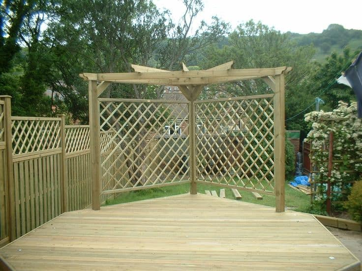 Garden screen ideas made from wooden trellis screening